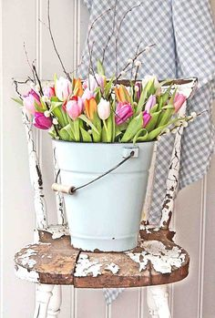 Tulip bucket, Easter DIY ideas, Easter decoration ideas, Easter DIY flower decor. Easter crafts tutorial. Vintage decor. Farmhouse decor. Farmhouse chic. Distressed bucket.