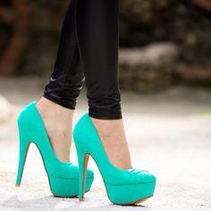 Zapatos de taco color turquesa muy llamativos....un color analogo del azul