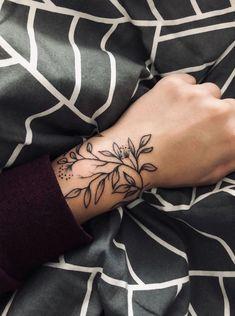Wonderful Wrist Tattoos For Women wrist tattoos with meaning, wrist tattoos for women, small wrist tattoos, unique wrist tattoos - Cartilage Piercing Unique Wrist Tattoos, Tiny Wrist Tattoos, Vine Tattoos, Wrist Tattoos For Women, Tattoo Designs For Women, Tattoos For Women Small, Body Art Tattoos, Sleeve Tattoos, Tattoo Women