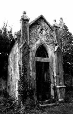a crypt . reminds me of one in The Graveyard Book Cemetery Headstones, Old Cemeteries, Cemetery Art, Graveyards, Cemetery Monuments, Abandoned Churches, Old Churches, Abandoned Places, Spooky Places