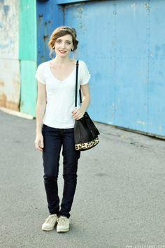 Alexiane porte son t-shirt blanc EKYOG dans un look parfait pour visiter Montréal sur son blog L'Alexiane