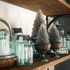 super cute decor using vintage bits Cottage Christmas, Cozy Christmas, Christmas Holidays, Christmas Decorations, Xmas, Seasonal Decor, Holiday Decor, Holiday Ideas, Christmas Ideas