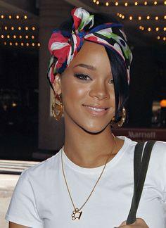 Le foulard noué dans les cheveux : look estival pour Rihanna