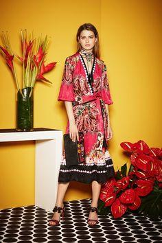 Guarda la sfilata di moda Etro a Milano e scopri la collezione di abiti e accessori per la stagione Pre-Collezioni Autunno-Inverno 2017-18.