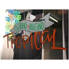 Vitrine  - Outono Inverno Tropical - lettering com posca no vidro - Thaiz Alvarenga - São Paulo.
