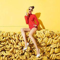 El plátano tiene un montón de beneficios para nuestra salud, de hecho, esta fruta previene la acidez estomacal, las náuseas matinales, el estreñimiento, reduce el riesgo de muerte por ataque al corazón en un 40% y asegura un aporte de energía sustancial e instantáneo (los científicos han demostrado que dos plátanos proporcionan energía suficiente para realizar un entrenamiento riguroso de 90 minutos). Tal vez el secreto de todos estos beneficios en el cuerpo humano resida en la composición…