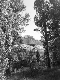 El Palacio de los Hurtado y la muralla aneja, desde la ribera derecha del Duero.