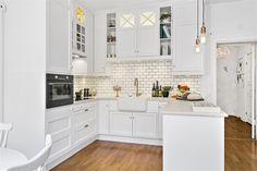 U shaped wite kitchen