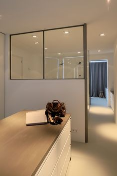 Inloopkast met aankleed eiland ensuite aan badkamer en slaapkamer Master Bedroom, Divider, Architecture, Design, House, Furniture, Inspireren, Home Decor, Life