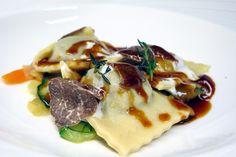 Ravioli con stracotto di Cinisara, crema di ricotta, spezzatino di verdure e tartufo di Barrafranca