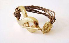 Pulseira de palha de bananeira com símbolo do infinito em metal dourado. Bracelet