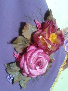 Camino de mesa: flores realizada en tela de raso Pintura para tela y seda. Hojas en tela de raso e insertada en la labor.