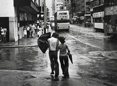 "Foto: Yau Leung - ""Couple with Umbrella"", 1960-70s. // #artSelecta el arte que hay que ver // lee nuestros articulos en nuestro blog // streetphotography, hong kong, fotografia documental, inspiration."