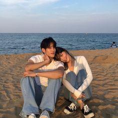 Resultado de imagem para korean couple ulzzang having ice cream Cute Couple Pictures, Love Couple, Couple Goals, Matching Couple Outfits, Matching Couples, Couple Posing, Couple Shoot, Korean Couple Photoshoot, Couple Tumblr