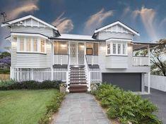 Queenslander home at 29 Tooth Avenue, Paddington, Qld 4064 Paint colours Dream House Exterior, Exterior House Colors, Exterior Paint, Queenslander House, Weatherboard House, Facade House, House Facades, House Exteriors, Hamptons Style Homes