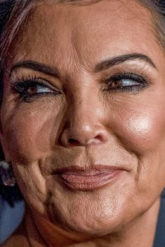 Celebrity photos that are really close-up. Celebrities with bad skin, nose jobs, hair transplants, bad teeth. Kris Jenner Meme, Kris Jenner Hair, Kris Jenner Style, Bad Makeup, Makeup Looks, Celebrity Makeup, Celebrity Photos, Bad Plastic Surgeries, Mature Faces
