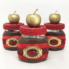 As Nutellas ganharam as maçãs douradas como detalhe do tema! #nutellapersonalizada #festabrancadeneve #personalizadosbrancadeneve Disney Crafts, Nutella, Party Themes, Snow White, Candle Holders, Alice, Scrap, Parties, Jar