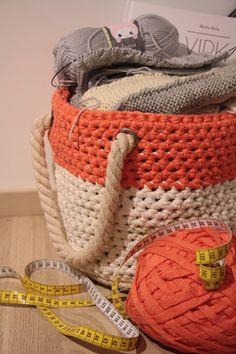 Tuntematon Tuunaaja: Virkattu kori ontelokuteesta // Crochet bag Korit, Laundry Basket, Wicker, Crochet, Crafts, Bags, Decor, Crochet Hooks, Handbags