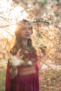 Deze fantasie jurk gemaakt van zachte en volant chiffon. De mouwen van de jurk zijn lang en licht. Deze middeleeuwse fantasie jurk zal perfect voor photoshooting, fantasie partijen, cosplay en larp zijn. Brede taille gordel gemaakt van mooi kant en versierd met veter en kristallen. Het omhoog vasthaken.  De jurk bestaat uit 2 stukken: -chiffon jurk -gordel met kant en kristallen  KLEUR: gewoon contact met me en ik stuur je een kleurenpalet van beschikbare weefsel.  ~ ~ VOLGORDE ~ ~ Maten die…