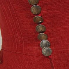 Sehr schönes Trachtenmieder aus rotem Leinen, mit hübschem Steppmuster und Schößchen. Verschlossen wird es mit vielen, vielen (insgesamt 18 Stück) silbernen Münzknöpfen vorne.  Die Bluse ist...