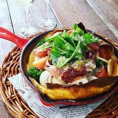 ダッチベイビーに、たっぷりの野菜と生ハムをのせて、オリーブオイルとパルメザンチーズを。サラダをONする感じですね。朝の食卓がわくわく楽しくなりそう♪休日のブランチなどにもぴったりですね。
