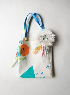 Screenprinted bag with pompom/tassle - awesome DIY inspiration Diy Tote Bag, Reusable Tote Bags, Purses And Bags, Lv Bags, Patchwork Bags, Fabric Bags, Cotton Bag, Canvas Tote Bags, Textile Design