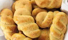 Αφράτα μπισκοτάκια με υπέροχα άρωμα πορτοκαλιού και μπαχαρικών, που συνοδεύουν ιδανικά τον καφέ σας και τις περιόδους νηστείας.    Μερίδες:για περίπου 40 κομμάτια  Χρόνος προετοιμασίας:30′  Χρόνος μαγειρέματος:20′  Έτοιμο σε:50′  Υλικά    175ml ελαιόλαδο  100γρ. ζάχαρη  1 κουτ. γλυκού κανέλα  ½ κουτ. γλυκού γαρίφαλο τριμμένο  ξύσμα από 1 Greek Sweets, Greek Desserts, Greek Recipes, Baking Recipes, Cookie Recipes, Greek Cookies, Greek Pastries, Easter Biscuits, The Kitchen Food Network