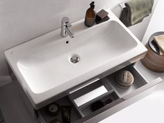 Organisch vloeiende inzet bassins met grafisch precieze contouren.
