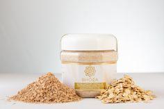 El exfoliante de cereales Bhoga, es una combinación de cereales que remueve gentil, suave y profundamente la suciedad y las células muertas sin eliminar la grasa natural de la piel. (Ideal para todo tipo de cutis)