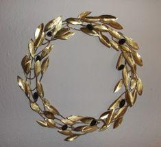 Χειροποίητο σφυρήλατο στεφάνι με καρπούς ελιάς μαύρο πηλό. Διατίθεται σε διαστάσεις και χρώμα επιλογής σας ΣΧΕΤΙΚΑ ΠΡΟΪΟΝΤΑ Olive Wreath, Crochet Flowers, Metal Art, Christmas Diy, Diy And Crafts, Wreaths, Bracelets, Olive Tree, Jewelry