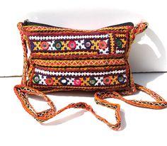 Ce sac indien en tissus brodés est une pochette qui vient de la région Gujarat en Inde. Ce sac est fabriqué à la main à partir de tissus anciens. C'est une pochette à porter en bandoulière avec une poche intérieure fermée.