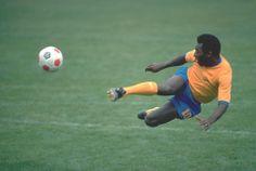 Pelé: tri-campeão do mundo, em campo, com a seleção brasileira.