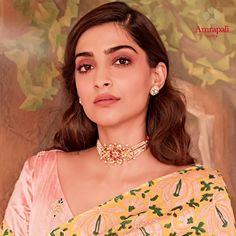 Sonam Kapoor sparkles in the spotlight wearing our ruby, polki diamond and pearl choker for her Ek Ladki Ko Dekha Toh Aisa Laga promotions. Pearl Necklace Designs, Jewelry Design Earrings, Gold Jewellery, Girls Jewelry, Bridal Jewelry, Indian Jewelry Sets, Celebrity Jewelry, Gold Jewelry Simple, Pearl Choker