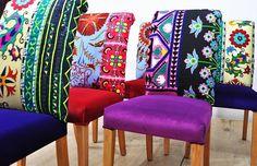 Seis sillas comedores colores tapizadas con vintage tejidos Suzani, Hmong Tailandia y terciopelo hecha a mano. Hermosa combinación de colores preciosas. Los asientos y las partes exteriores están cubiertas con telas de terciopelo y las piernas de madera son bien pulidas en color natural. Diseño único puede animarte y estos multiusos sillas pueden ser usado en casa, restaurante, cafetería, etcetera. End-to-end dimensiones (cm): ancho 45 x fondo 100 x de altura 65 cm; altura de asiento 45 cm…