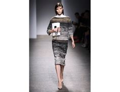 #mfw #milanofashionweek #milanomodadonna N*21 di Alessandro Dell'Acqua www.moda-madeinitaly.com Lace Skirt, Sequin Skirt, Milano Fashion Week, Sequins, Dresses For Work, Skirts, Skirt, Gowns