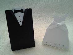Caixinhas noivos. Material papel color set e couche. Brinde: Acompanha tag com nome dos noivos. Para colocar lembrancinha, doces, chocolates, amêndoas... Fica lindo para enfeitar a mesa de doces ou outra mesa da festa de casamento. Preco de 1,50 cada noivo ou noiva. Para acrescentar bis, balas diversas ou confete 0,50. Para acrescentar amêndoas 1,00 cada. PEDIDO MÍNIMO: 50 UNIDADES  ATENÇÃO Produtos artesanais, sujeitos a pequenas alterações de matéria prima (ex. cores, tonalidade de…