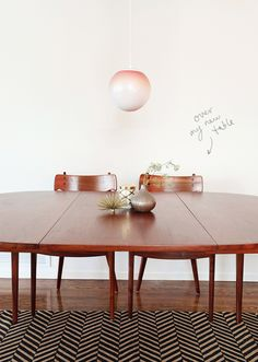 gorgeous table, rug and ombre lamp.
