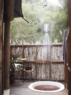 Al fresco shower room at Paperbark Camp luxury Safari tents in Jervis Bay. Outdoor Toilet, Outdoor Baths, Outdoor Bathrooms, Outdoor Showers, Outdoor Kitchens, Outdoor Rooms, Bell Tent Camping, Camping Glamping, Luxury Camping