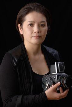 """ゲスト◇叶野千晶(Chiaki Kano)1971年千葉県生まれ、東京在住。思考を視覚として再認識する写真表現に関心を持ち、 京都造形芸術大学の通信教育部芸術学部美術科の写真コースで写真を学ぶ。 実証的なアプローチで制作された「AUSHWITZ - """"portrait"""",camp"""" ~存在と不在~」(2010)など、 近年は個展、グループ展に積極的に参加。"""