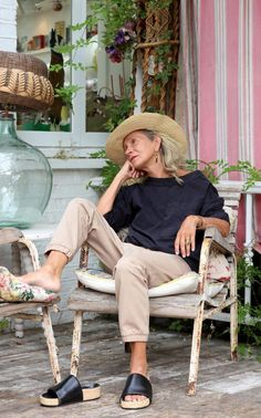 Lucinda Chambers, Fashion Director of Vogue UK, photographed at her home in Shepherd's Bush I really want those shoes.the pants, top and hat! Love this look.she looks relaxed ❤️ Vogue Uk, Mature Fashion, Fashion Over 50, Older Women Fashion, Womens Fashion, Punk Fashion, Lolita Fashion, Mode Simple, Simple Tv