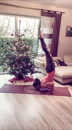 Christmas yoga Christmastree tree Chinstand