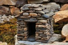 How To Build A Miniature Stone House -StoneworkbyStephens. Perfect fairy house for the garden. Fairy Garden Houses, Gnome Garden, Diy Fairy House, Fairy Gardening, Garden Art, Diy Jardim, Miniature Zen Garden, Miniature Gardens, Fairy Village