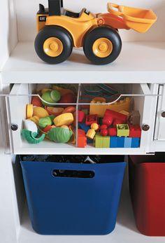 Para ajudar o menino a localizar seus brinquedos favoritos, as gavetas têm a parte da frente de acrílico (desenho de Andrea Aquino).