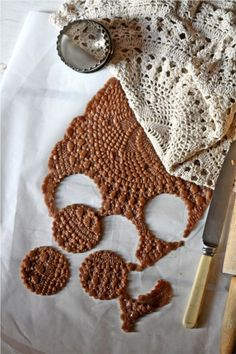 Doily Cookies (recipes for sugar cookie & gingerbread versions) So Pretty! Learn how to make gorgeous Doily Cookies and take your baking to the next level. Check out the edible sugar lace too. Cookies Et Biscuits, Cake Cookies, Sugar Cookies, Cupcakes, Making Biscuits, Homemade Biscuits, Sweet Cookies, Cookie Swap, Cookie Bars