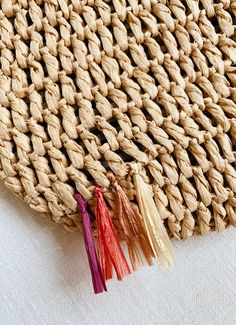 I recently stumbled upon a gorgeous raffia bucket bag and fell in love. Raffia, fringe, and straw bags? It's a trifecta of summertime DIY goodness. Diy Purse Organizer, Purse Organization, Crochet Diy, Boho Bags, Crochet Purses, Knitted Bags, Sisal, Handmade Bags, Straw Bag