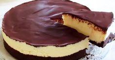 """Niesamowity deser!Pyszny i delikatny tort """"Bounty"""" który robiony jest bez piekarnika. Żelatyna również nie jest potrzebna.Przepis jest prosty i szybki, można powiedzieć ekspresowy.Składniki:KremCukier – 150 gSkrobia kukurydziana – 2 łyżkiMleko – 500 mlMasło – 180 gJaja – 2 sztSer kremowy – 300 gWiórki kokosowe – 150 gCiastoCiasteczka czekoladowe - 300-350 gMasło – 60 gGlazuraCiemna czekolada ... Ricotta, Recipies, Cheesecake, Sweets, Food, Diet, Recipes, Gummi Candy, Cheesecakes"""