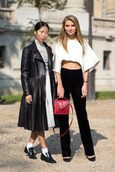 See the best street style photographed by Diego Zuko at the Spring 2015 Paris Fashion Week shows. Fashion Week Paris, Fashion Week 2015, Fashion Trends, Cool Street Fashion, Street Chic, Paris Street, Formal Casual, Zapatos Shoes, Tory Burch