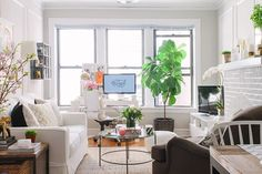 Sala de estar com escritório/mesa de MAC