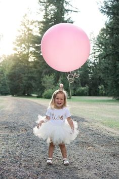 How to take amazing candid pictures of your toddler outdoors. Our sweet Madison turned two, so we took her to our favorite park for some photos and they turned out great! Toddler Birthday Pictures, Second Birthday Pictures, Toddler Pictures, 2nd Birthday Party For Girl, Birthday Tutu, Lilac Hair, Pastel Hair, Green Hair, Blue Hair