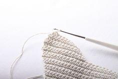 Návod na háčkované vintage srdíčko 21 Christmas Ornaments, Crochet, Handmade, Accessories, Fashion, Granny Squares, Moda, Hand Made, Fashion Styles